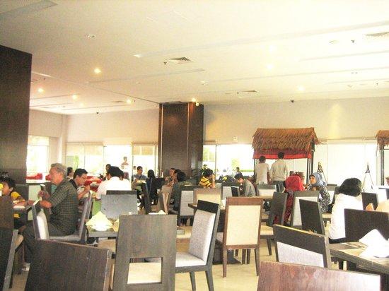 Hotel Santika Premiere Dyandra : おおきなブッフェの一部