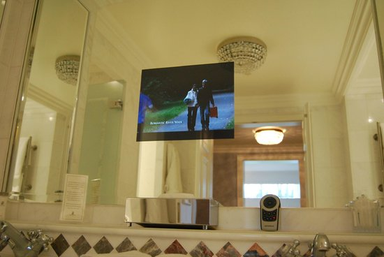 Powerscourt Hotel, Autograph Collection: Television in the bathroom mirror