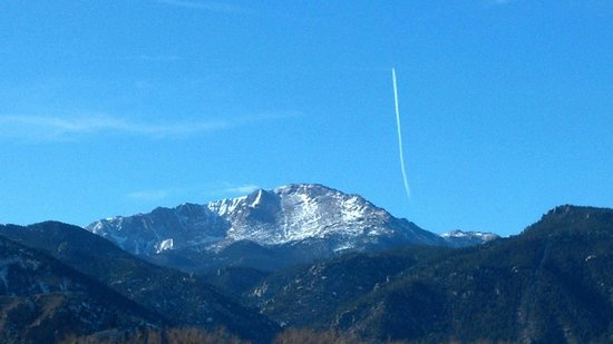 Park Row Lodge: View of Pikes Peak mountain from the park nearby lodge