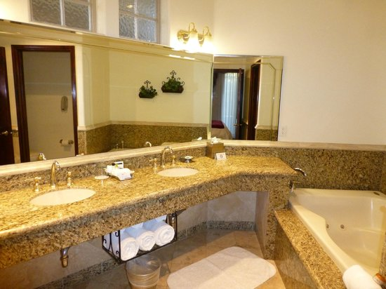 South Coast Winery Resort & Spa: Bathroom within casita at South Coast Resort