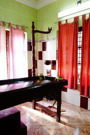Chamundi Hill Palace Ayurvedic Resort: massage room