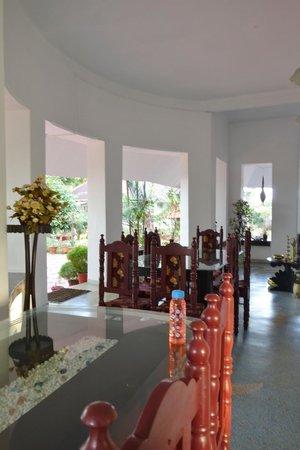Chamundi Hill Palace Ayurvedic Resort: 1st floor meals zone