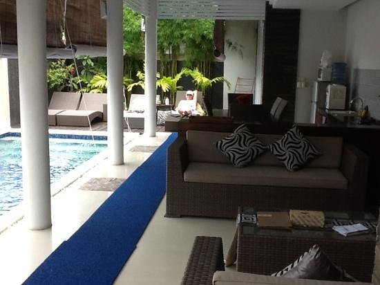 Heliconia Villas: relaxing by the pool in Villa 5