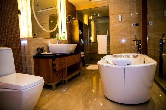 Suzhou Marriott Hotel: The attached bathroom.