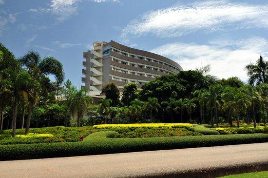 لوا بالاس هوتل: Garden behind hotel
