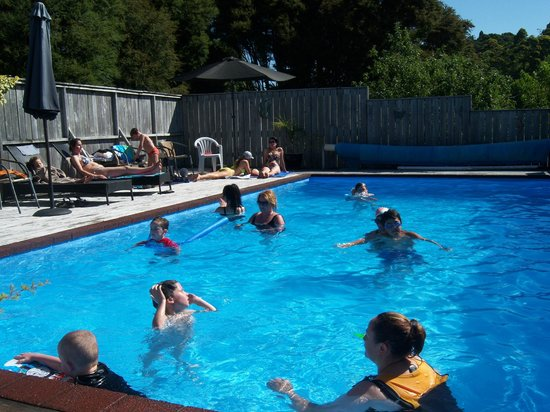 Coromandel Colonial Cottages Motel: Solar Heated Swimming Pool