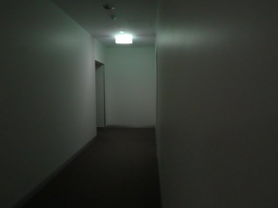 Aria Hotel Apartments: Stark, uninviting and dark! Using a sensitive camera!