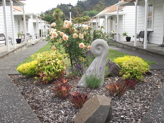 Coromandel Colonial Cottages Motel: Gardens