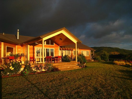 Kaimai Country Lodge: Guest breakfast deck and lounge at dawn