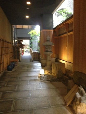 Kazuki / Kaden: Entrada al hotel