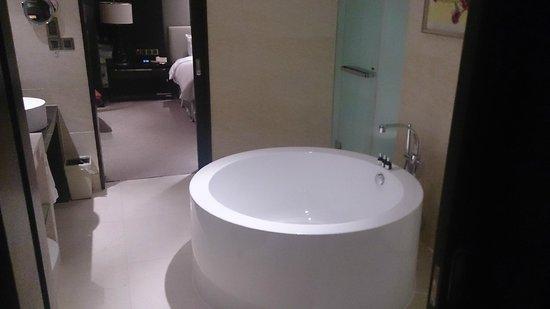 Hotel Nikko Shanghai: バスルーム シャワーは別に独立