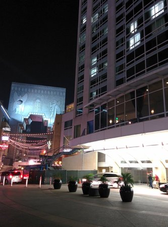 Loews Hollywood Hotel: Outside view of hotel and Highlands shopping area