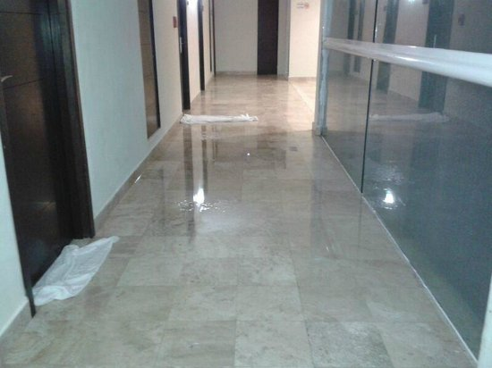 Krystal Cancun: Leakages on internal corridors (main access to hotel rooms) due to a rainy day