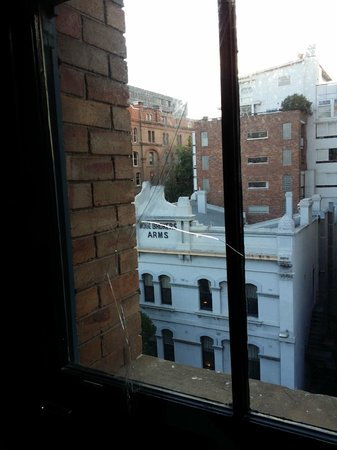 Ovolo 1888 Darling Harbour : Loft window barrier with a crack