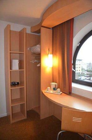 Ibis Southampton Centre: room 323 storage space