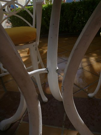 Hotel Riu Palace Aruba: barely standing tables