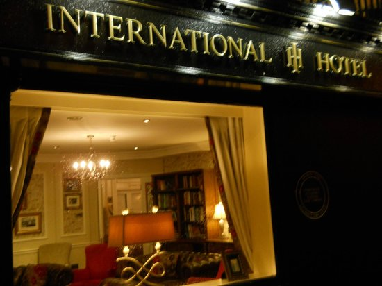 International Hotel Killarney: From the street looking into the 'sitting/visiting room'