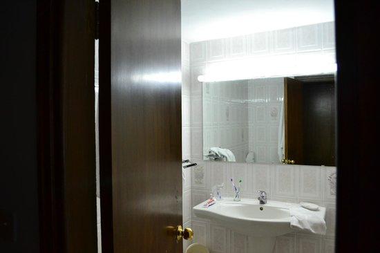 Mount Scopus Hotel : в ванной новая сантехника