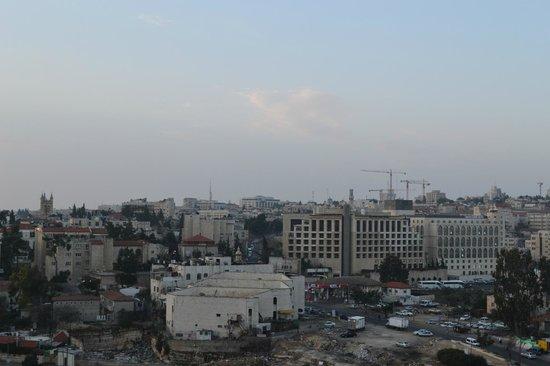 Mount Scopus Hotel: вид на город, большие здания справа - крупные отели