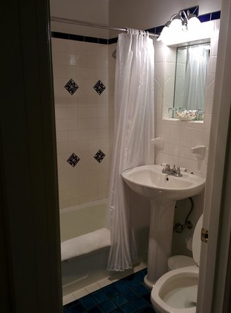 Montecito Inn: Tiny bathroom