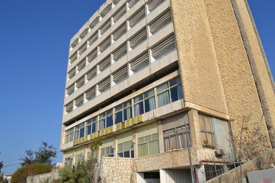 Mount Scopus Hotel : фасад с дороги с отвалившимися буквами