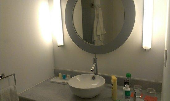 Room Mate Valentina: baño amplio y bien distribuido