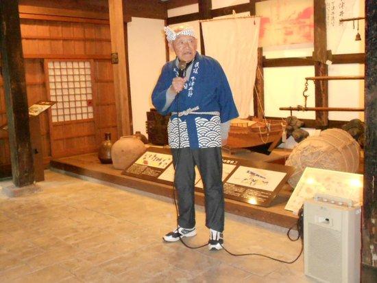 Old Shimotsui Tonya Museum : 下津井節を歌ってくれたボランティアさん