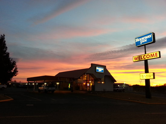 Rodeway Inn : Beautiful Sunset Skies
