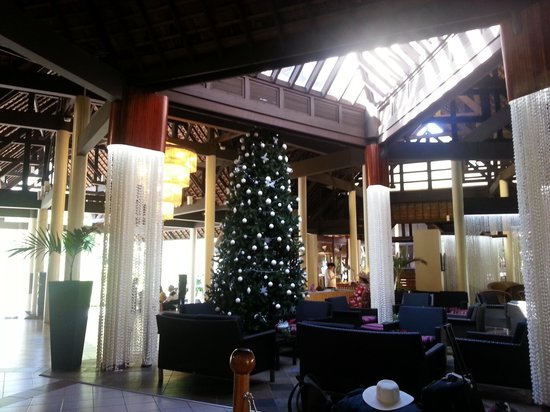 InterContinental Moorea Resort & Spa: beautiful lobby with the christmas tree!