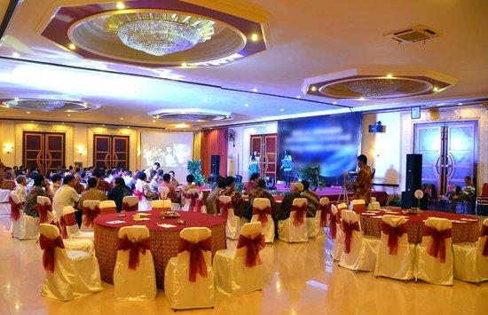 Vanda Gardenia: Convention Halls