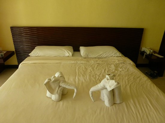 Mercure Resort Sanur: Housekeepers made our towels elephants!