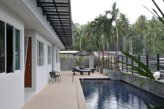 AM Surin Place : Poolside