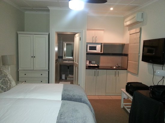 Chelsea Villa Guest House: The room and kitchen