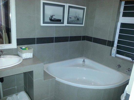 Chelsea Villa Guest House: Spacious bathroom