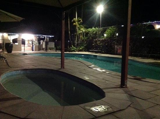 Korora Bay Village Resort : Pool at night