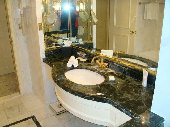 Steigenberger Wiltcher's: Marble bathroom and bath.......With Gold showers and taps