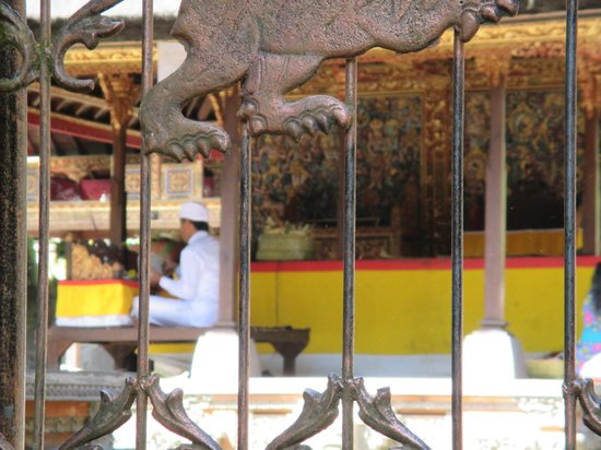 Sacred Monkey Forest Sanctuary: A religion ceremony are being held when I came to the temple