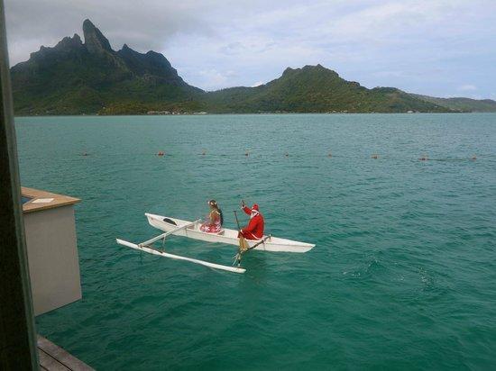 The St. Regis Bora Bora Resort : surprise canoe with santa clause for christmas