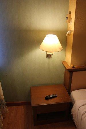 Aunchaleena Bangkok Hotel: Спальня (пульт от кондиционера)