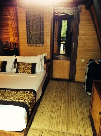Hotel Vila Ombak : Lumbung Hut bedroom