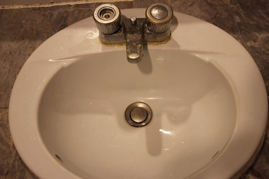 Aunchaleena Bangkok Hotel: Рковина в ванной