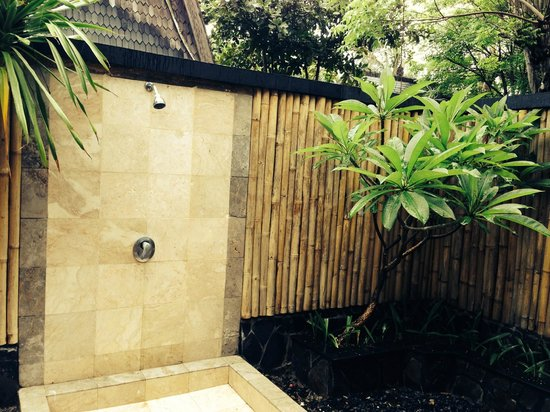 Hotel Vila Ombak : Lumbung Hut shower