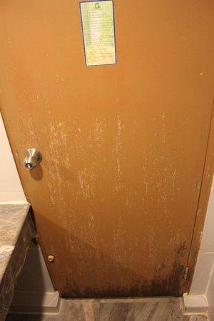 Aunchaleena Bangkok Hotel: Дверь в ванной