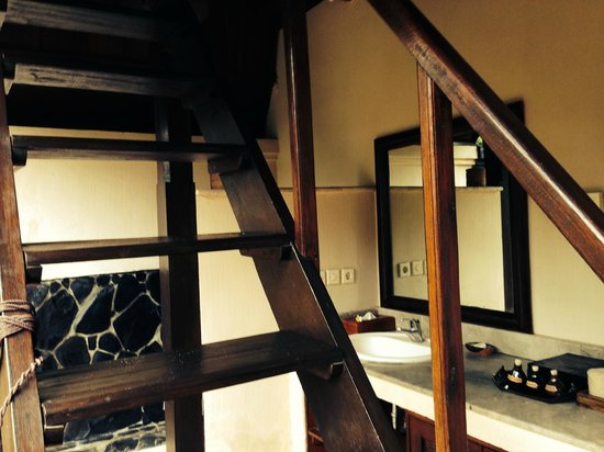 Hotel Vila Ombak : Lumbung Hut bathroom