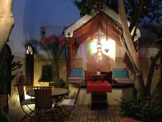 Riad Aguerzame: Patio during the night