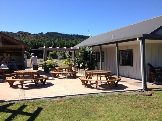 Hot Water Beach TOP 10 Holiday Park: Outside seating area