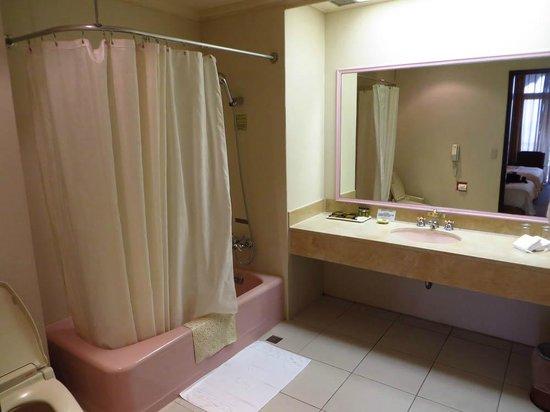 Grand Hotel Taipei: バスルーム。無駄なスペースが多い。バスタブとトイレは古め。