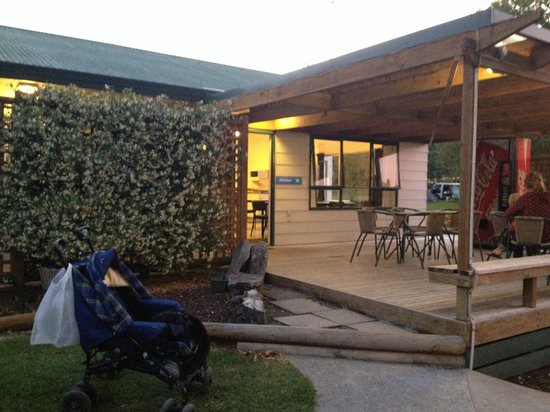 Waitomo Top 10 Holiday Park: outside of the kitchen