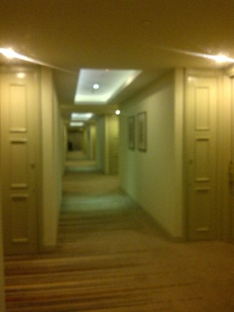 Gran Melia Jakarta: halllway leading to the room