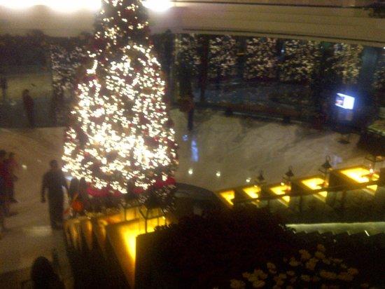 Gran Melia Jakarta: christmas tree overlooking the first floor of the lobby